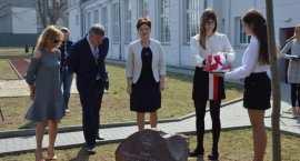Świętują 100 lecie szkoły. Odsłonili Kamień Pamiątkowy, zakopali Kapsułę Czasu oraz posadzili drzewo