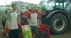 Praca młodzieży ze Świętosławia  przy budowie boiska do piłki nożnej.