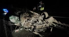 Samochód uderzył w drzewo i dachował w Gminie Lubień Kujawski na DK 91