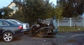 Wypadek w Wielgiem. Skoda uderzyła w znak i spadła ze skarpy
