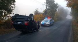 Wypadek w Żabieńcu w powiecie aleksandrowskim. Samochód dachował [FOTO]