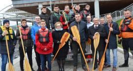 """Młodzież """"Elektryka"""" zwodowała łodzie na Wiśle we Włocławku"""