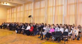 Stypendia Prezesa Rady Ministrów rozdane we Włocławku. Ile otrzymali nagrodzeni uczniowie?