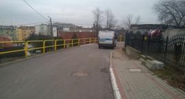 Samochód bez kierowcy w Radziejowie staczał się z góry. Zareagowali policjanci