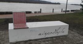Ławka Niepodległości stanęła na Bulwarach we Włocławku [VIDEO, ZDJĘCIA]