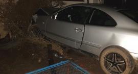 Mercedes wjechał w budynek w gminie Lipno. Kto prowadził samochód ? [ZDJĘCIA]