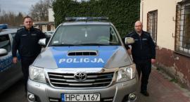 Policjanci uratowali krwawiącego mężczyznę. Kiedy weszli do domu tryskała krew