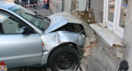 Audi rozbiło ścianę domu we Włocławku. 4 osoby w tym 2 dzieci były w mieszkaniu