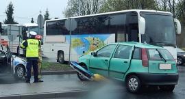 Zderzenie fiata z autokarem. Punto wylądowało na znaku drogowym [ZDJĘCIA]