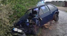 Volkswagen wjechał do rowu. Na tylnej kanapie spał 64 latek [ZDJĘCIA]