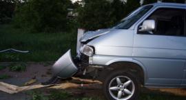 Pijana 62-latka volkswagenem ścięła kilka drzew i staranowała płot