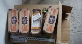 Straty ponad 54,5 tysiąca. Policjanci odkryli dziesiątki kilogramów krajanki i tysiące papierosów