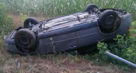 Wypadek w miejscowości Przewozie w Gminie Piotrków Kuj. Volvo ścięło znak i dachowało