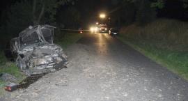 Volkswagen uderzył w przepust drogowy. 20-latek wraz z pasażerką trafili do szpitala