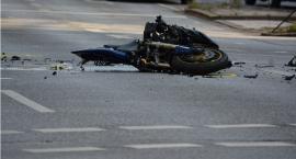 Tragiczny wypadek motocyklisty w Brodnicy. 29-latek uderzył w latarnię i przęsło ogrodzenia