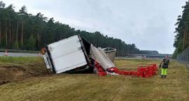 Tir wywrócił się na autostradzie. 22-tony piwa wypadły na pobocze A1