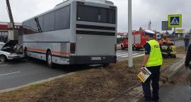 Zderzenie czołowe autobusu z osobówką we Włocławku [ZDJĘCIA]