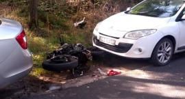 Motocyklista w Nowej Wsi na łuku drogi stracił panowanie nad pojazdem i uderzył w opla