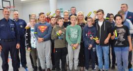 Opaski bezpieczeństwa  wręczył starosta Roman Gołębiewski w Kruszynie