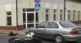 Motocykl uderzył w osobówkę w Brześciu Kujawskim. Droga zablokowana
