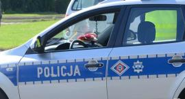 47-latek wjechał samochodem do rowu w powiecie aleksandrowskim. Policjanci zastali go jak wyciągał pojazd