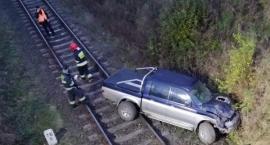 Samochód spadł z wiaduktu na tory kolejowe. Kierowca zasnął za kierownicą [FOTO]