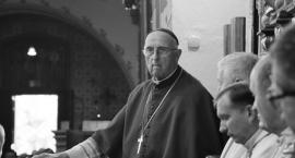 Pogrzeb biskupa Bronisława Dembowskiego we Włocławku. Wyłożono też księgę kondolencyjną