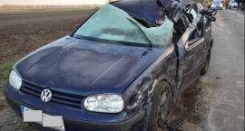 Wypadek w Leszczach. Ciężarówka uderzyła w golfa i słup energetyczny [ZDJĘCIA]