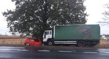 Wypadek w Dylewie powiat rypiński. Czołowe zderzenie osobówki z samochodem ciężarowym