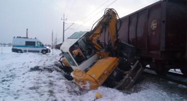 Zderzenie koparki z pociągiem w Gminie Łysomice. Kierowca trafił do szpitala