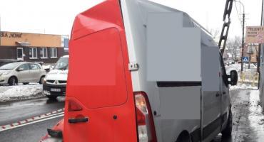 Zderzenie ciężarówki z busem w Lipnie. Renault wgnieciony w latarnię [ZDJĘCIA]