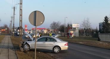 Wypadek we Włocławku na ulicy Płockiej. Mercedes uderzył w słup. Droga zablokowana [ZDJĘCIA]