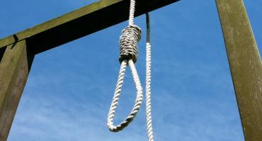 29-latek powiesił się na płocie. Nieprzytomnego odcięli policjanci