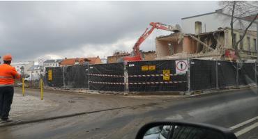 Wyburzają budynek przy ulicy Warszawskiej we Włocławku. Możliwe są utrudnienia