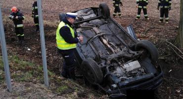21-latka wpadła samochodem do rowu i dachowała [FOTO]