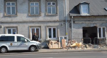 Samochód osobowy wjechał w dom przy Stodólnej we Włocławku [FOTO VIDEO]