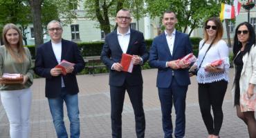 Władze Brześcia Kujawskiego wręczyły 300 flag [ZDJĘCIA]