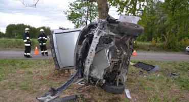 Stracił panowanie nad Fordem i uderzył w przydrożne drzewo [ZDJĘCIA]