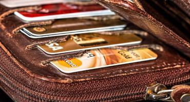 Mieszkaniec powiatu włocławskiego zgubił karty bankomatowe. 21-latek to wykorzystał