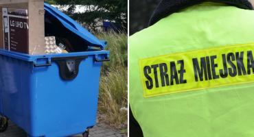2 mężczyzn pchało pojemnik na odpady ulicami Włocławka. Zareagowały odpowiednie służby