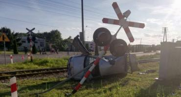 Tragedia na przejeździe kolejowym w powiecie świeckim. Volkswagen uderzył w pociąg