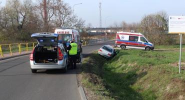 Wypadek w Brześciu Kujawskim. Mercedes wjechał do rowu melioracyjnego [ZDJĘCIA]