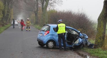 Tragiczny wypadek w powiecie chełmińskim. Nie żyje 53-letnia kobieta. Chevrolet uderzył w drzewo
