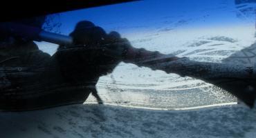 Skrobiesz szyby przy włączonym silniku w samochodzie? Uważaj na mandaty
